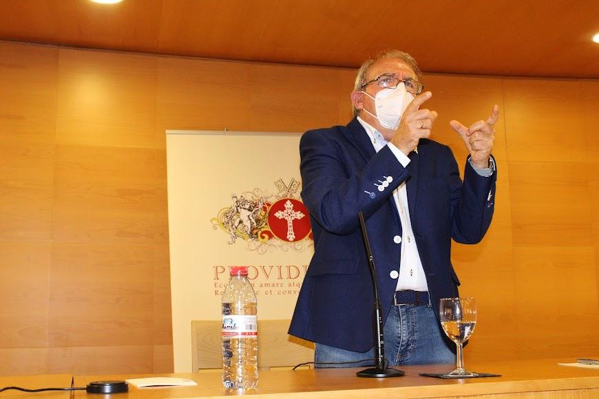 El alcalde de Vícar, Antonio Bonilla, durante su conferencia.