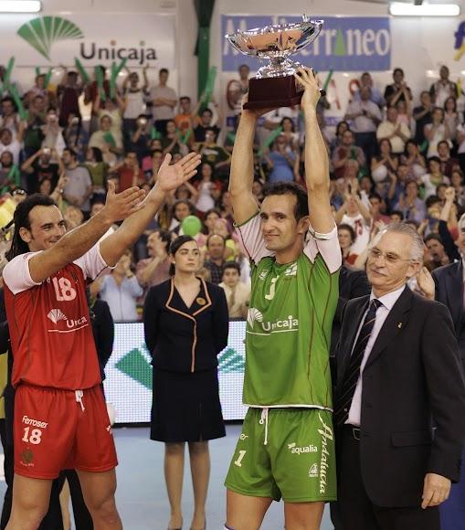 Sus niños Manolo Berenguel y Cosme Prenafeta levantando el título liguero 2004-2005.