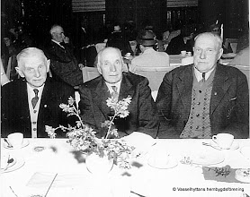 Photo: Gruppfoto. Pensionärsmöte i Storå Folketshus omkring 1950 fr v David Persson, Per Persson, Gustaf Andersson
