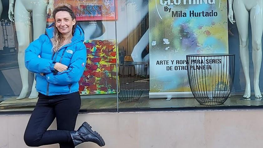 Mila Hurtado junto al escaparate de Drop Corner en la Plaza Marqués de Heredia.