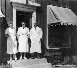 Photo: Affären. Vivianne Persson, Elwa och Harry Carlsson vid Kooperativa i Vasselhyttan 1955