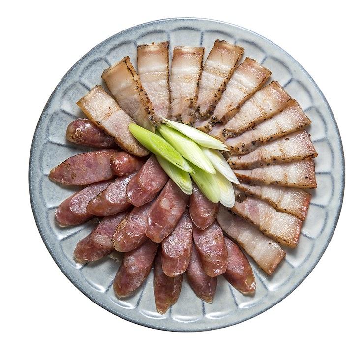 本商品非即食,需充分加熱食用 「蓮貞牧場」鹹豬肉及香腸,無藥物殘留的健康豬隻,堅持不施打抗生素與預防針,純淨、頂級、健康的蓮貞豬,要讓您吃得安心、健康、無負擔。