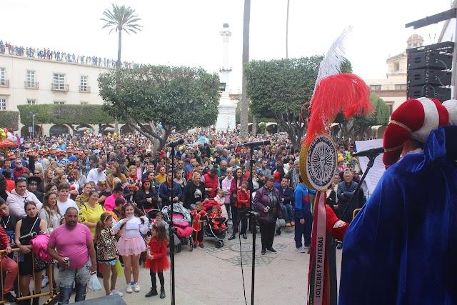 El Dios Momo leyó su testamento ante el público que llenó la Plaza Vieja.