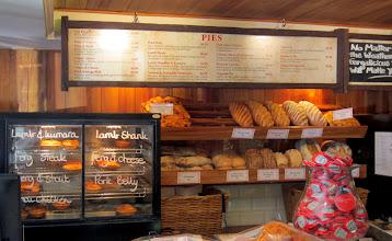 Photo: Fernburgerin vieressä Fernbakery, josta ostimme jonain päivänä maukkaita piiraita lounaaksi