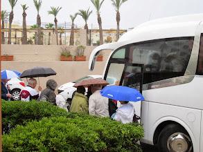 Photo: 201 SPB.Qawra.hôtel Dolmen, bus, départ, montée sous la pluie