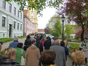 Photo: Wenn die letzten den Rennerplatz verlassen, sind die ersten schon am Kirchenportal.