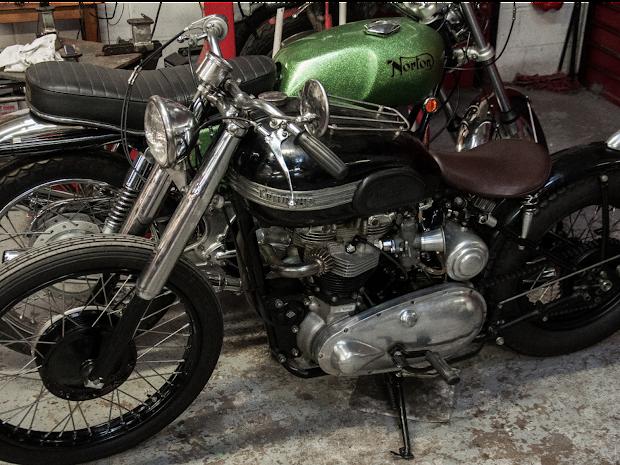 Triumph Pré-Unit et Norton Commando 750 à l'atelier.