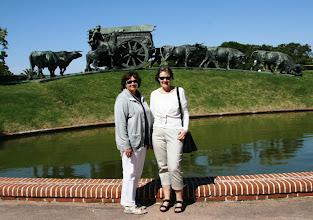 Photo: Arla, Pirkko ja jokin varmasti tärkeä patsas Montevideossa (patsaan vartiointiin panostetaan, sillä aikaisemmin siitä varastettiin jatkuvasti osia, pronssi kun on arvokasta)