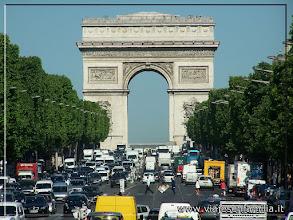 Photo: Campos Elíseos, al fondo el Arco del Triunfo. París. www.viajesenfamilia.it