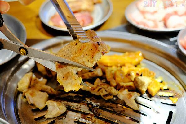 燒肉和火鍋可一次滿足吃到飽的一中商圈美食!還有飲料小菜自助吧無限取用,愛吃肉肉的你快來阿豬媽挑戰胃的極限~