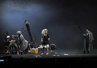 Photo: WIEN/ Burgtheater: DER ALPENKÖNIG UND DER MENSCHENFEIND von Ferdinand Raimund. Inszenierung: Michael Schachermaier. Premiere 29.9.2012. Liliane Amuat, Cornelius Obonya. Foto. Barbara Zeininger.
