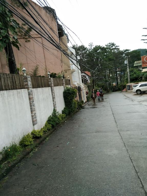 雨上がりの街で乗馬
