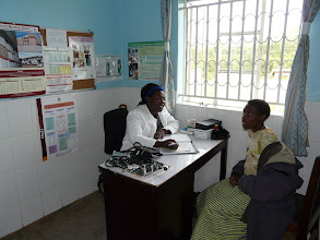 Photo: Nurse talking to a patient in a consultation room.