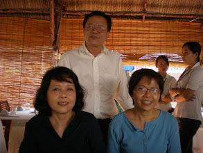Photo: Thầy Tuấn với 2 chị em Bích, Thanh Thủy