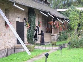 Photo: Rou5Ins501-151005moniales entretenant végétation, bâtiment conventuel, Moldovita, monastère IMG_9242