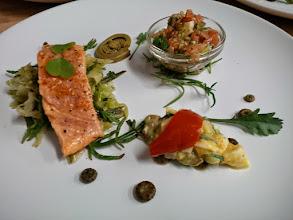 Photo: Cuo char: escabeche et tartare frais et fumé, gribiche marguerite, salicorne