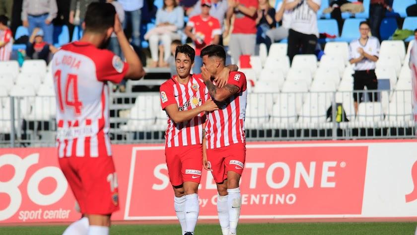 De la Hoz bromea con Narváez tras el centro del colombiano en el 1-0.