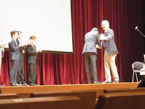 Photo: 2位のメダルは本多先生から西山先生へ