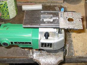 Photo: scie sauteuse à l'envers dans l'etau pour la découpe des supports de la SO239