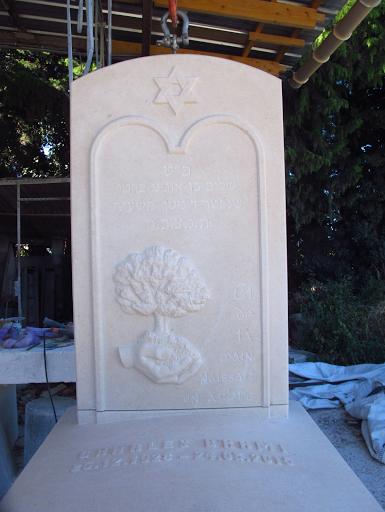 montage à l'atelier de la stèle et de la pierre tombale en pierre de berti