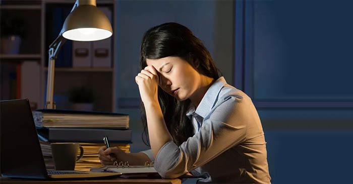 thức khuya khiến da thiếu dưỡng chất, khó phục hồi, trở nên khô, sạm, giảm độ đàn hồi và xuất hiện nếp nhăn.
