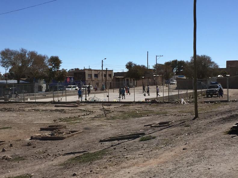 ウユニの子供達がサッカーをしている光景