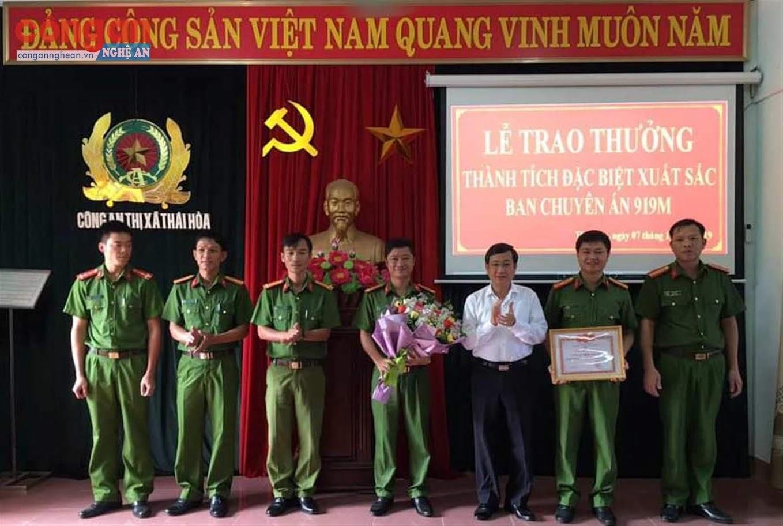 Đồng chí Phạm Chí Kiên, Chủ tịch UBND TX Thái Hoà trao thưởng cho Công an thị xã                         vì thành tích xuất sắc trong đấu tranh với tội phạm ma túy