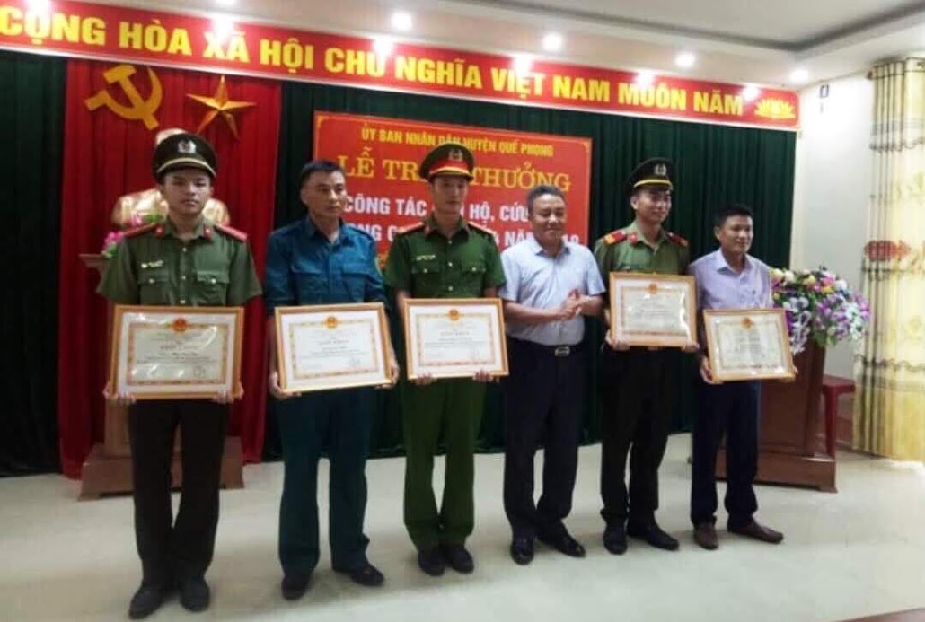 Lãnh đạo UBND huyện Quế Phong tặng Giấy khen cho Thượng sỹ Lương Văn Thắng (thứ 2 từ phải sang) và đồng đội