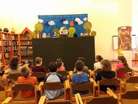 Bábelőadást néző gyerekek