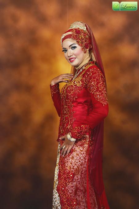 Pengantin muslimah hijab dengan kebaya modifikasi modern