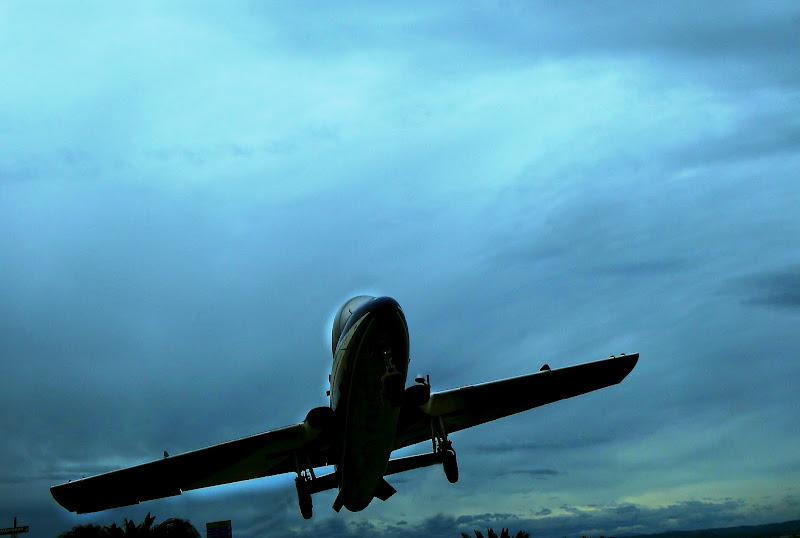 Plane leaving plane arriving  di luiker
