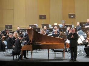 Photo: Auditório Adán Martin de Santa Cruz (Februar 2015). Marc Minkowski spricht vor dem Klavierkonzert zum Publikum, am Cembalo (zum Bericht von Dr. Klaus Billand). Foto: Klaus Billand
