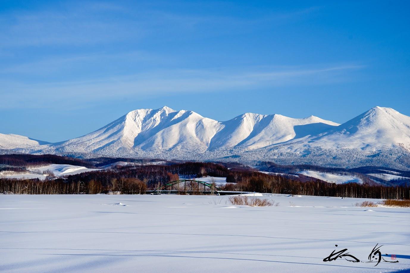 青空にくっきりと姿を表した見事な十勝岳連峰