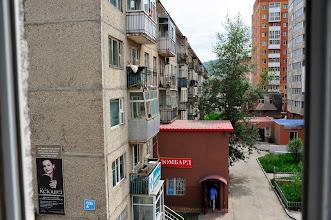 Photo: Ulan Bator - quartier d'habitation. Ce n'est peut-être pas beau, mais c'est solide, c'est quasiment gratuit, ça se personnalise un peu comme on veut (voir les différents usages des balcons, qui vont du potager au débarras en passant par la chambre d'amis) c'est bruyant et tassé, mais comme le disent les gens : c'est du logement.
