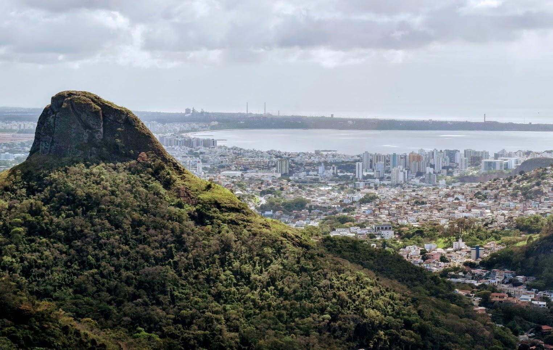 Vista do Parque Fonte Grande, com destaque para a Pedra dos Dois Olhos e Camburi ao fundo