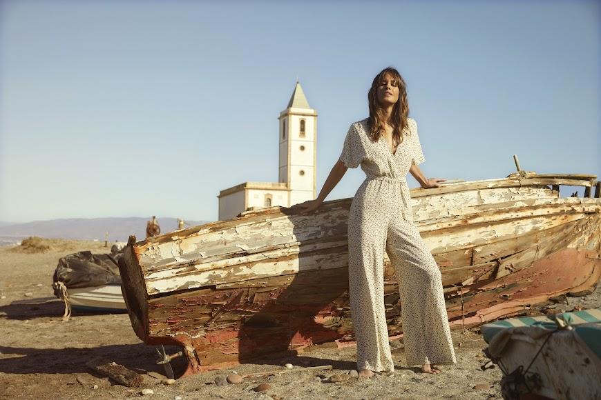 Isabel Jiménez, en una espectacular imagen con la iglesia de Las Salinas al fondo.