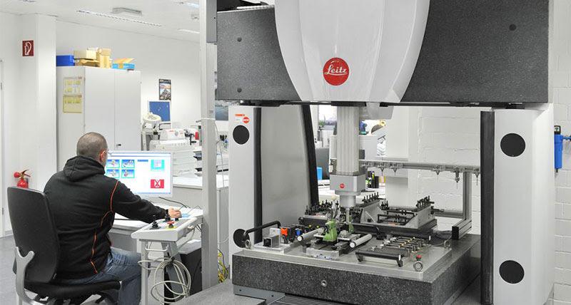 Leitz PMM-C представляет собой КИМ для трехмерных измерений с фиксированным мостом. Она сочетает максимальную точность с исключительной скоростью, гарантируя оптимальную пропускную способность измерений.