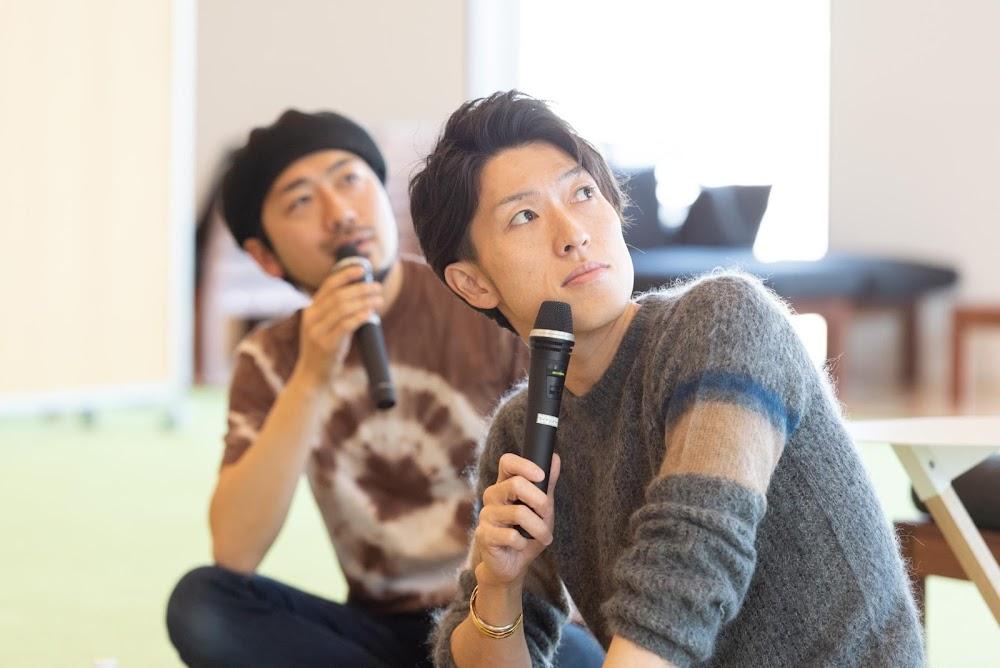 スライドを見ながら話す中村氏、聴く塩田