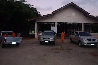 Photo: วันที่ ๑๖ เมษายน ๒๕๕๔ ที่วัดคลองเขาจันทร์ สามเณรเตรียมไปบิณฑบาต ที่บ้านศาลาหลวงด้วง อยู่ห่างจากวัดไป ๔ กิโลเมตร http://phudtho.blogspot.com