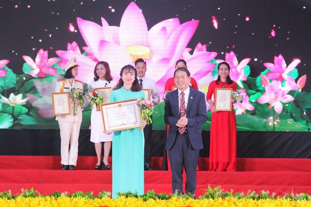 Trao giải Nhất cá nhân cho thí sinh Hồ Thị Huyền, đơn vị huyện Hưng Nguyên