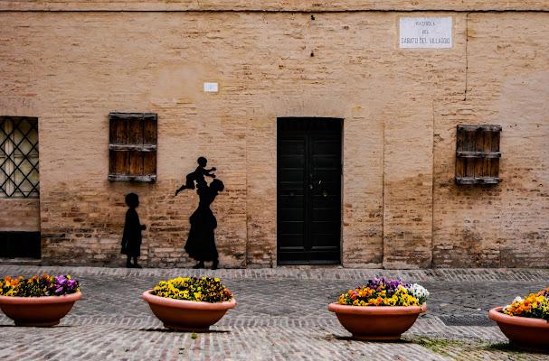 Nessun turista in Piazzuola... solo ombre finte in questa strana primavera. di rosy_greggio