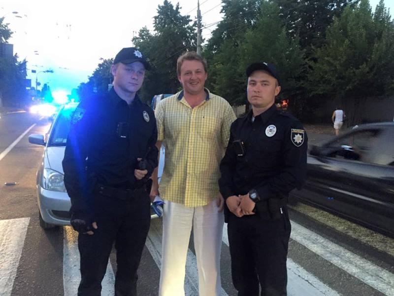Сергей Фурса с полицейскими на месте ДТП