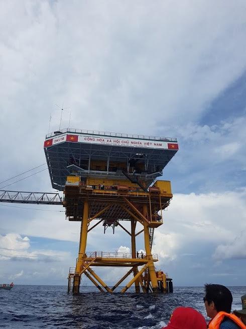 Các nhà giàn DK1 thực sự là những cột mốc tiền tiêu trên biển, là nơi đặt những ngọn đèn biển, để dẫn đường bảo đảm an toàn hàng hải cho tàu thuyền trong nước và quốc tế qua lại khu vực này