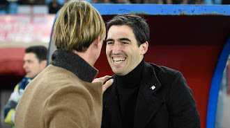 Iraola saludando a Guti antes del encuentro.