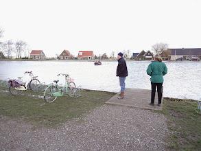 Photo: Schooljeugd komt met de boot naar de andere kant.
