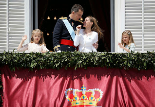 Photo: Spain's new King Felipe VI, his wife Queen Letizia, Princess Sofia and Princess Leonor (L) appear on the balcony of the Royal Palace in Madrid, June 19, 2014. Spain's new king, Felipe VI, was sworn in on Thursday in a low-key ceremony which monarchists hope will usher in a new era of popularity for the troubled royal household.                REUTERS/Andrea Comas (SPAIN  - Tags: POLITICS ROYALS ENTERTAINMENT)