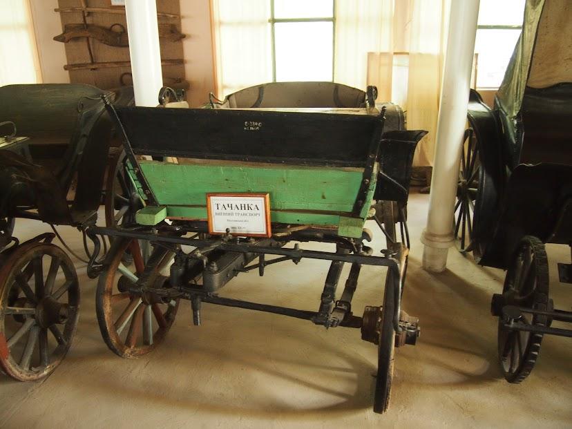 Музей карет, подвод - народного сухопутного транспорта. Есть даже колесница.