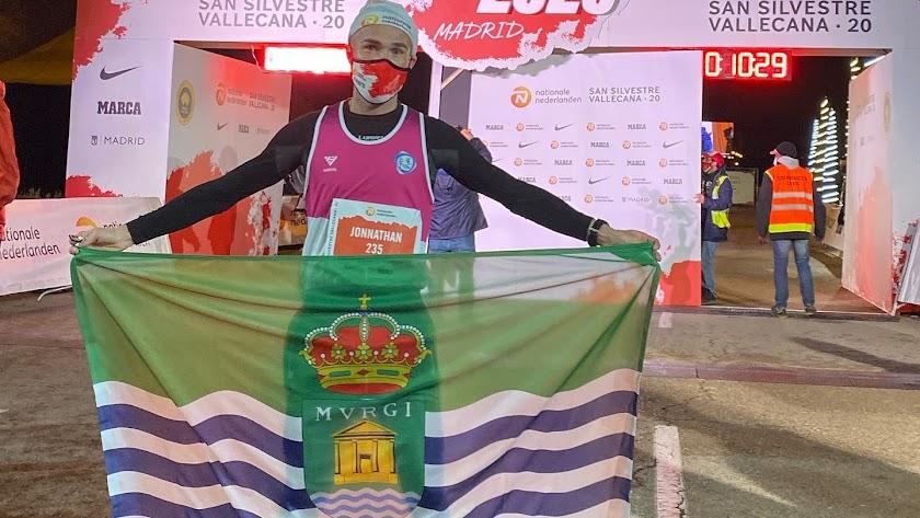 Jonathan Aguilera desplegando la bandera de El Ejido en la meta de Vallecas.