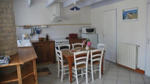 Gite Le Nid à Surgères en Aunis Marais poitevin près de La Rochelle cuisine ouverte sur la pièce à vivre