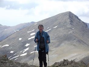 Photo: La Pili arribant al Pic de Fontnegra (2.728 m), al darrera el Cim de la Coma del Clot ( 2.739m)